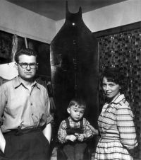 Zdzisław, Tomasz and Zofia Beksiński at the sculpture of HAMLET, 1959